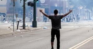 Independent: Νεκρός διαδηλωτής στις πορείες διαμαρτυρίας για τον θάνατο του George Floyd