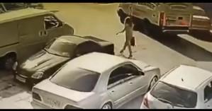 Νέες εξελίξεις στην επίθεση με βιτριόλι: Κάμερα κατέγραψε τη δράστη να φτάνει στο σημείο