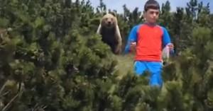 Η τρομακτική στιγμή της συνάντησης αγοριού με αρκούδα και η αντίδραση που τον έσωσε
