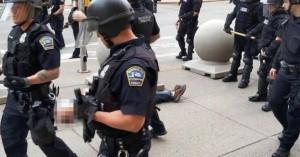 Αστυνομικοί σπρώχνουν 75χρονο,τον αφήνουν να αιμορραγεί στο πεζοδρόμιο-Τον κοιτούν απαθείς