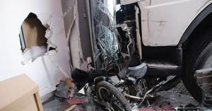 Πέθανε ο οδηγός του φορτηγού που «καρφώθηκε» σε κατάστημα στην Πειραιώς (φωτο)