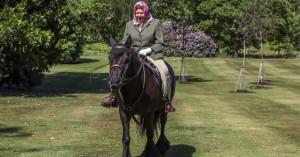Βγήκε από την καραντίνα η Ελισάβετ και στα 94 της πήγε για ιππασία!