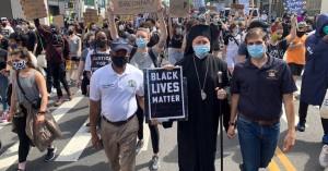 Σε πορεία διαμαρτυρίας για τον Τζορτζ Φλόιντ και ο Αρχιεπίσκοπος Αμερικής Ελπιδοφόρος