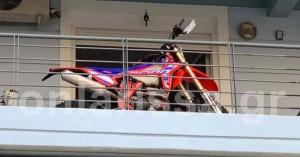 Λάρισα: Πάρκαρε τη μοτοσυκλέτα του στο… μπαλκόνι