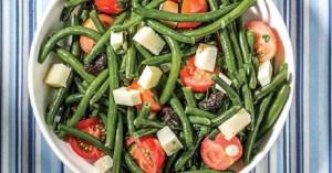 Σαλάτα με αμπελοφάσουλα, ντοματίνια, ελιές και λαδοτύρι Μυτιλήνης