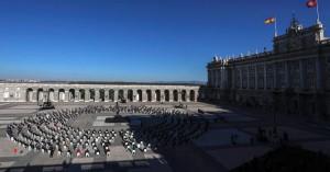 Με μαύρες μάσκες & συγκίνηση η Ισπανία τίμησε τη μνήμη των 28.400 νεκρών από τον κορωνοϊό