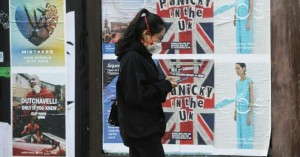 Η κυβέρνηση της Βρετανίας εξέτασε και απέρριψε τη σύσταση για χρήση μάσκας στα γραφεία