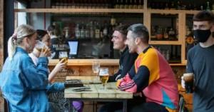 Το «Σούπερ Σάββατο» της Μεγάλης Βρετανίας: Ανοίγουν ξανά παμπ, εστιατόρια, κομμωτήρια
