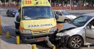 Σύγκρουση αυτοκινήτου με ασθενοφόρο - Ένας τραυματίας (φωτο)