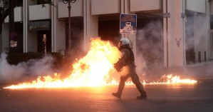 Συλλήψεις,τραυματίες αστυνομικοί και αχρησιμοποίητες μολότοφ στα επεισόδια στο Σύνταγμα