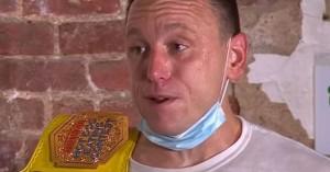 Παγκόσμιο ρεκόρ: 36χρονος έφαγε 75 χοτ-ντογκ σε δέκα λεπτά