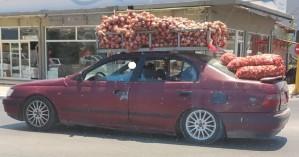 Χανιά: Φόρτωσε κρεμμύδια στο αμάξι και... μην τον είδατε! - Έκπληκτοι οι περαστικοί (φωτο)