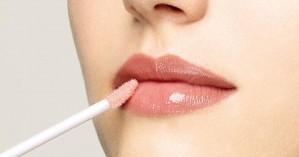 Δες πως θα φτιάξεις μόνη σου lip gloss με το παλιό κραγιόν που σου έσπασε!