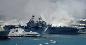 Έκρηξη σε πολεμικό πλοίο ΗΠΑ: «Η φωτιά θα συνεχιστεί για μέρες» – Πολλοί τραυματίες