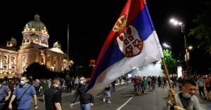 Εξωκοινοβουλευτικούς κατηγορεί η κυβέρνηση της Σερβίας για τα επεισόδια έξω από τη Βουλή