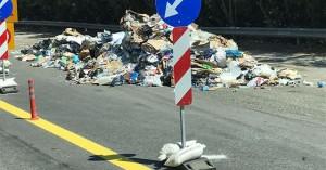 Απέραντο ''σκουπιδαριό'' η εθνική οδός (φωτο)
