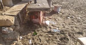 Χωρίς....τσίπα: Το γλέντησαν στην «Χρυσή Ακτή» αλλά άφησαν τα σκουπίδια τους (φωτο)