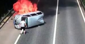 Ήρωας οδηγός σώζει επιβάτες από φλεγόμενο όχημα (βιντεο)