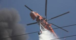 Φωτιά στη Μεταμόρφωση: Ενισχύονται οι δυνάμεις, δύο ελικόπτερα στη μάχη με τις φλόγες