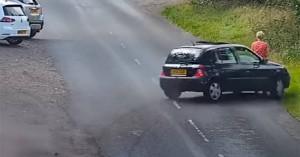 Αυτοκίνητο παρασύρει γυναίκα και σκύλο και οι επιβάτες εγκαταλείπουν το όχημα και… τρέχουν