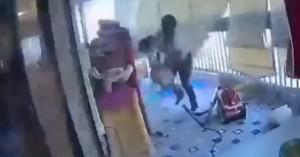 Εκρήξεις στη Βηρυτό: Η στιγμή που οικιακή βοηθός σώζει το παιδί που προσέχει (βίντεο)