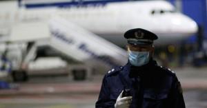 Κρήτη: Αστυνομικοί με μια απλή μάσκα & γάντια να κάνουν τους ελέγχους covid στα αεροδρόμια
