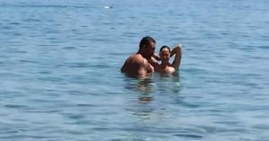 Ασλανίδου - Μουντάκης: Απόλαυσαν το μπάνιο τους στο Λουτρό Σφακίων (φωτο)