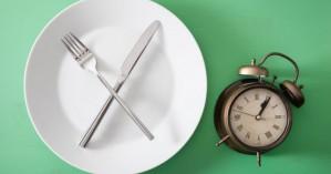 Δίαιτα με διαλείπουσα νηστεία: Πώς γίνεται και τι οφέλη υγείας παρουσιάζει