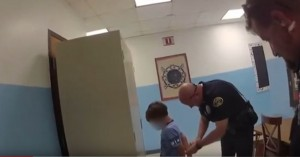 Ανήκουστο: Αστυνομικοί στις ΗΠΑ φόρεσαν χειροπέδες σε 8χρονο αγόρι με ειδικές ανάγκες!