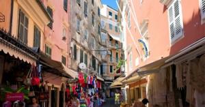 Παρέα 19χρονων πήγαν για διακοπές στην Κέρκυρα και επέστρεψαν στην Ιταλία με κορωνοϊό