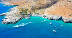 Η μικρή παραλία στην έξοδο του φαραγγιού της Αράδαινας στα Σφακιά
