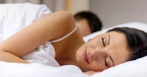 Αν κοιμάσαι με το ένα πόδι έξω από το σεντόνι μάθε γιατί το κάνεις