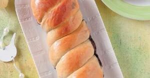 Tσουρέκι γεμιστό με πάστα καρυδιού