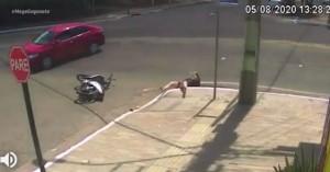 Απίστευτο τροχαίο: Αυτοκίνητο συγκρούεται με σκούτερ,η επιβάτης πέφτει σε υπόνομο (βιντεο)