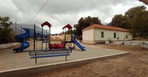 Παιδική χαρά στην αυλή του Δημοτικού σχολείου Ασκύφου