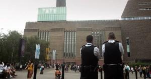 Το αγοράκι που έριξε 17χρονος από τη στέγη του Tate Gallery μπορεί πλέον και στέκεται