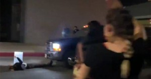 Ανατριχιαστικό βίντεο με οδηγό που περνά σκόπιμα μέσα από τον κόσμο και χτυπά διαδηλωτή