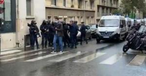 Επίθεση σε πολίτες με ματσέτα έξω από το Charlie Hebdo στο Παρίσι – Αρκετοί τραυματίες