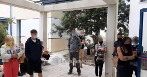 Αγανακτισμένοι οι ασφαλισμένοι από την ατελείωτη αναμονή έξω από τον ΕΦΚΑ Χανίων