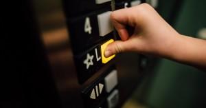 Παγώνη: Για μισή ώρα στο ασανσέρ ο κορονοϊός, αν φτερνιστεί κάποιος
