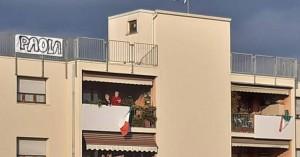 Ρωμαίος και Ιουλιέτα του κορωνοϊού: Ερωτεύτηκαν από τα μπαλκόνια τους μέσα στην καραντίνα