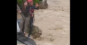 Νέο βίντεο: Η στιγμή της διάσωσης της κοπέλας στο Ηράκλειο