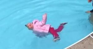 Δασκάλα κολύμβησης ρίχνει παιδί 1 έτους με το μπουφάν του στην πισίνα - Το περίεργο μάθημα