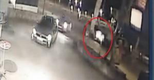 H στιγμή της σφοδρής σύγκρουσης των δύο αυτοκινήτων έξω από το Πολυτεχνείο! (βιντεο)