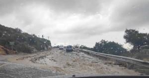 Πέτρες και χώματα κατέκλυσαν τον δρόμο προς Ακρωτήρι στον Βλητέ στα Χανιά (φωτο)