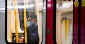 Στη δεύτερη υψηλότερη βαθμίδα κινδύνου για τον κορονοϊό το Λονδίνο μετά το lockdown