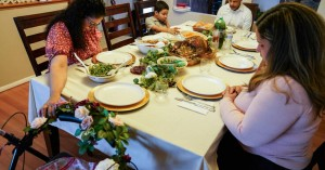 Ημέρα των Ευχαριστιών στη σκιά του κορωνοϊού: Οικογενειακά τραπέζια με άδειες καρέκλες
