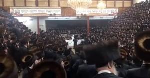 Απίστευτες εικόνες: 7000 καλεσμένοι χωρίς μάσκες στον γάμο εγγονού αρχιραβίνου στη Ν.Υόρκη