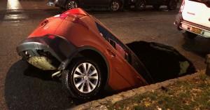 Νέα Υόρκη: Τεράστια τρύπα που άνοιξε ξαφνικά σε δρόμο στο Κουίνς «κατάπιε» αυτοκίνητο