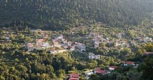 Το πέτρινο χωριό του Πάρνωνα «πνιγμένο» από έλατα